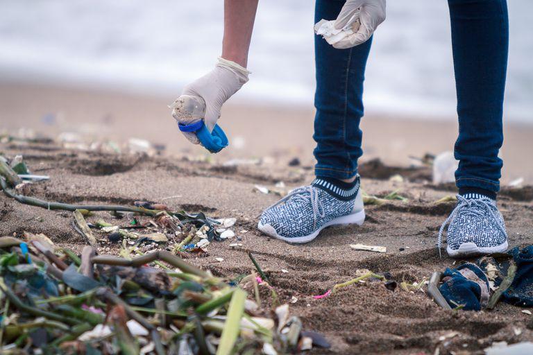 Los cubiertos de plástico forman parte de la lista de los 10 artículos de basura más importantes que se encuentran en las playas