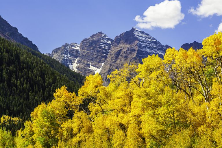 Maroon Bells mountain peaks & aspen trees in autumn color