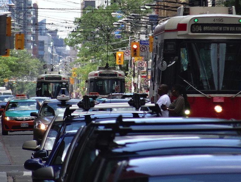 Vale la pena una imagen: un tranvía atascado en el tráfico