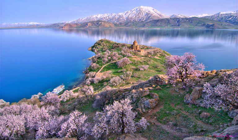 Ruinas del antiguo castillo descubiertas debajo del lago Van de Turquía