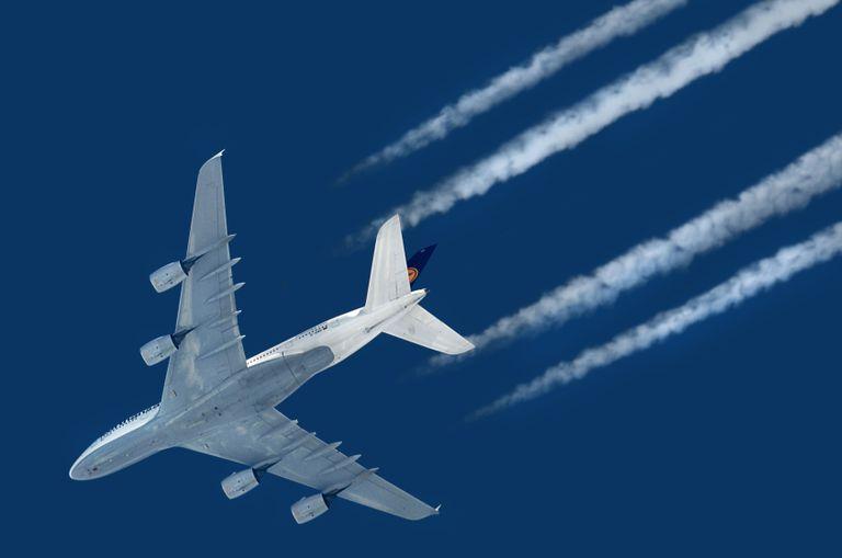 Por qué volar a altitudes más bajas o más altas podría reducir el impacto climático de los viajes aéreos