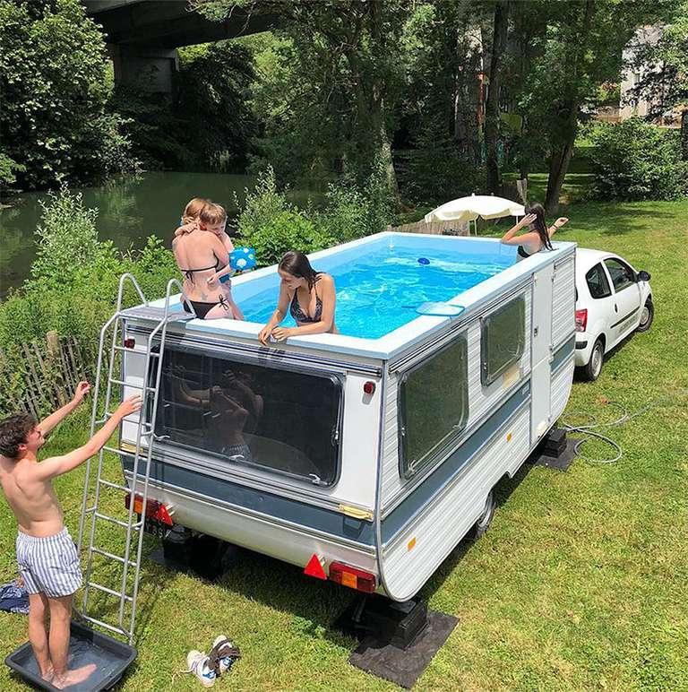 Artista convierte un remolque remolcable en una piscina móvil (video)