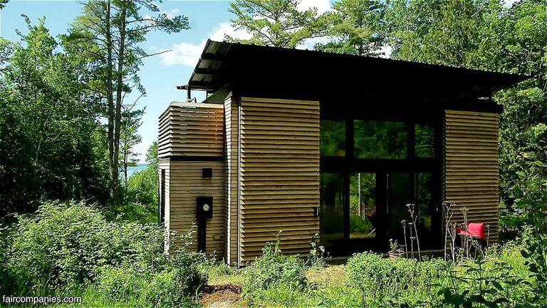 Padre e hijo construyen esta cabaña familiar minimalista y energéticamente eficiente (video)