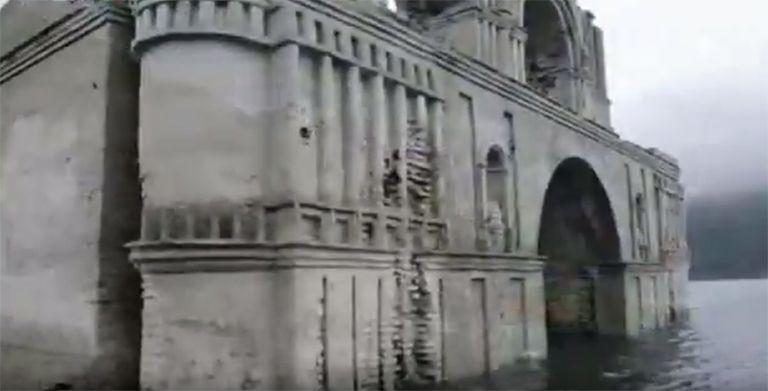 La inquietante iglesia antigua surge de un embalse azotado por la sequía en México