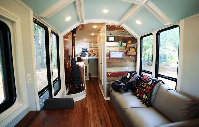 Familia que viaja eleva el techo en esta brillante conversión de autobús fuera de la red (video)