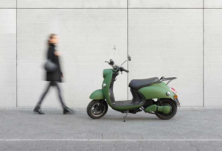 Este scooter eléctrico similar a una Vespa ofrece un desplazamiento limpio y silencioso, sin necesidad de pedalear