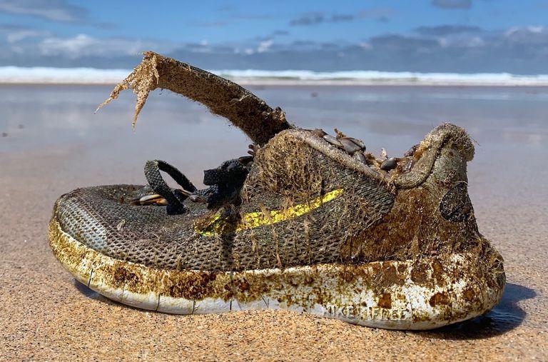 Zapatos nuevos se lavan en las playas alrededor del Atlántico