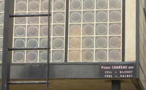 maison de verre entry sign photo