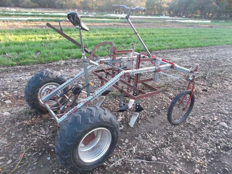 Este tractor a pedal está diseñado para tareas de baja potencia en granjas pequeñas