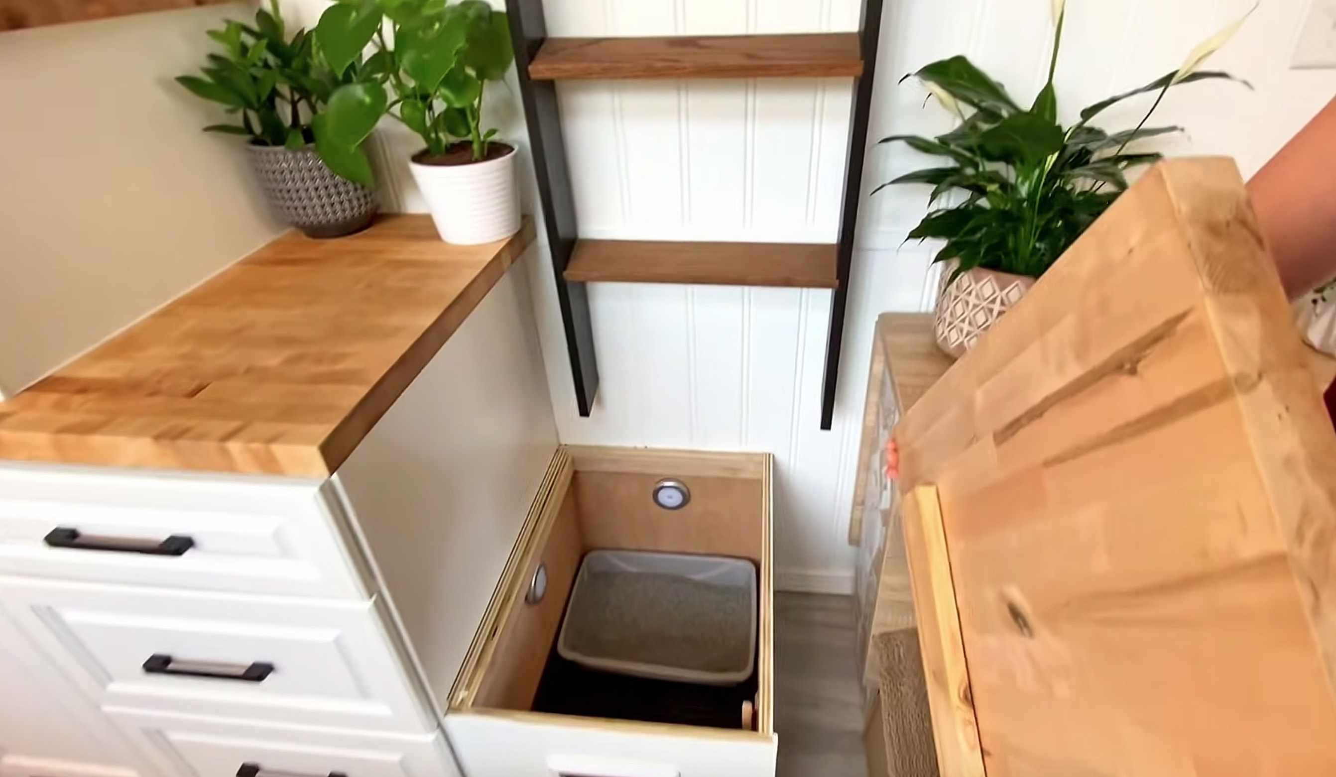 tiny house Rebekah teenytiny7 litter box in stairs