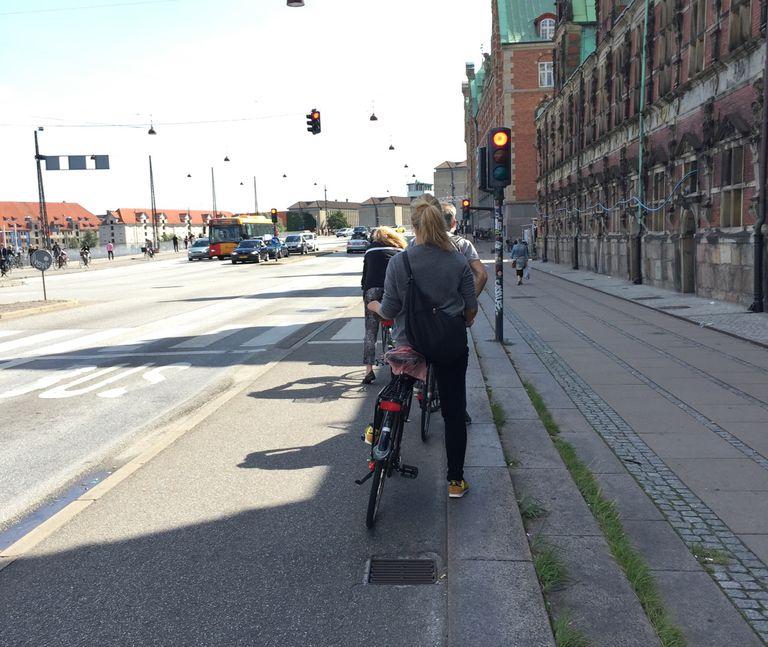 Un estudio muestra que los ciclistas rompen las reglas mucho menos que los conductores