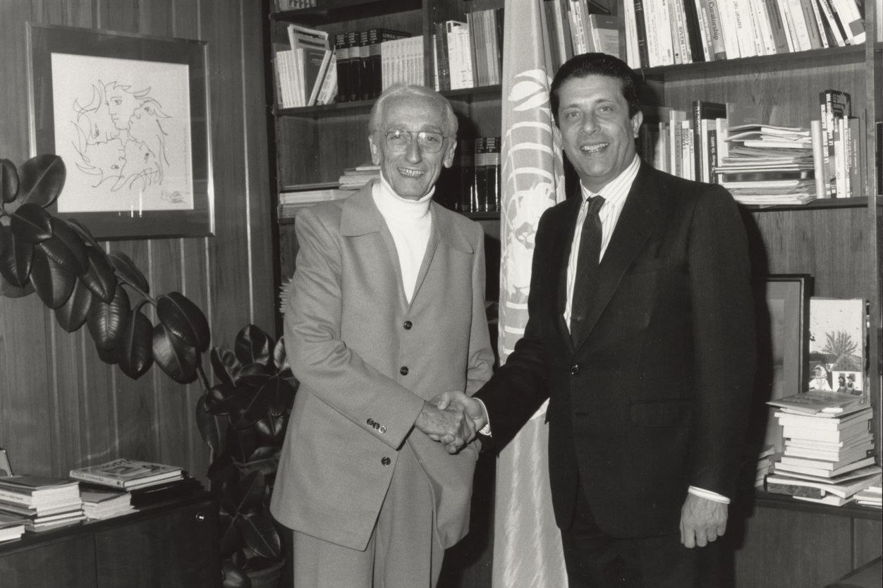 Jacques Cousteau shaking hands with Federico Mayor