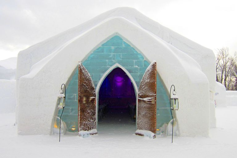 The entrance of the Hotel DeGlace in Quebec