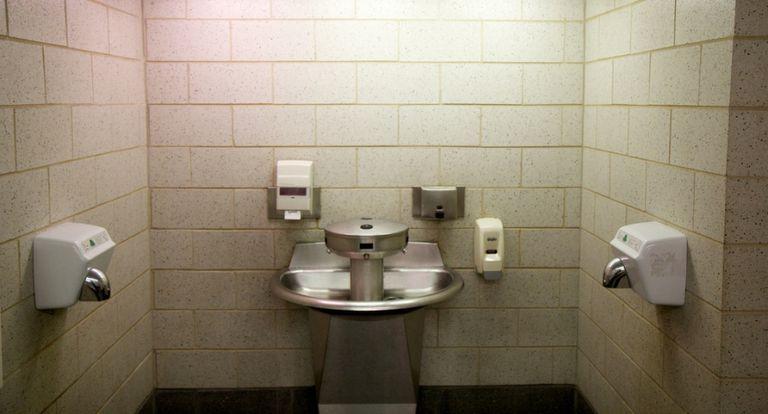 Un estudio muestra que los secadores de manos eléctricos hacen un gran trabajo al concentrar bacterias y rociarlas por todas las manos