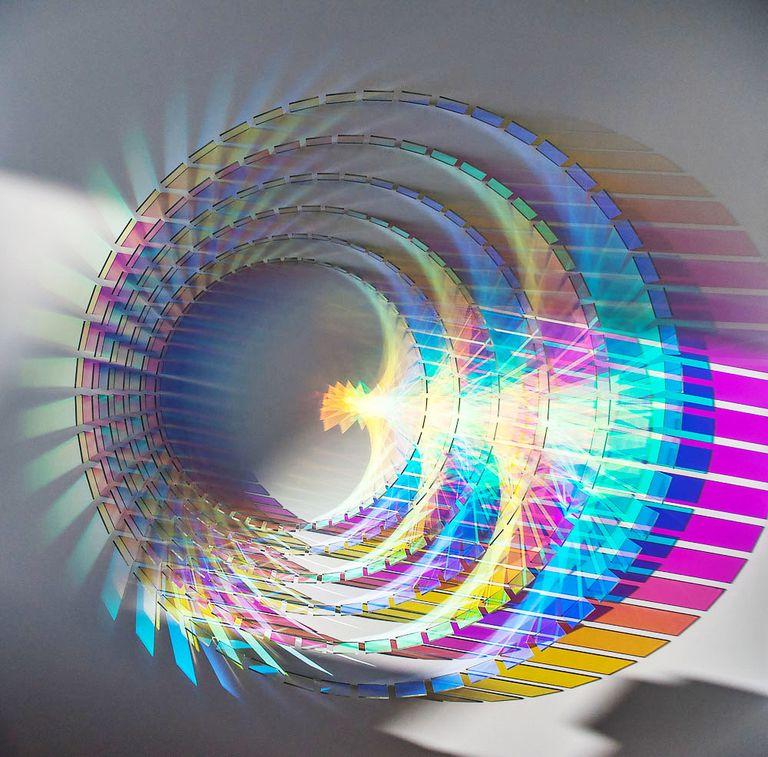 Las fascinantes esculturas de colores del arco iris están hechas con vidrio dicroico