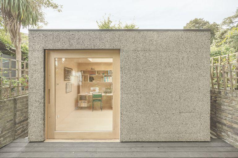 El cobertizo contemporáneo revestido de corcho permite que músicos y costureras trabajen desde el patio trasero