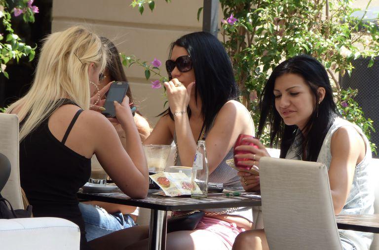 Usar tu teléfono en la mesa te hace infeliz