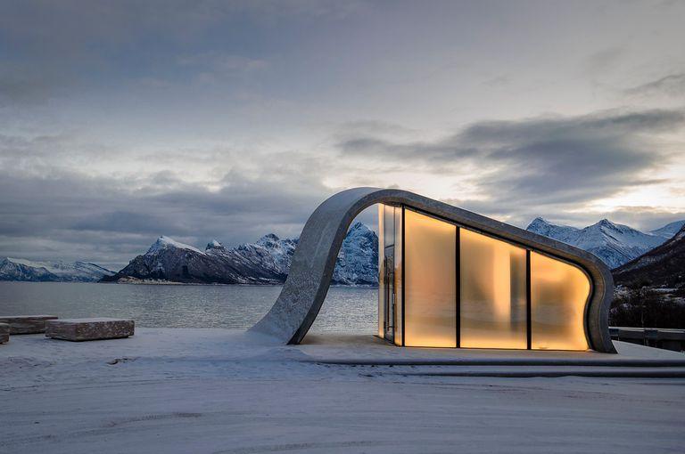Este baño público junto a la carretera en Noruega podría ser el baño más pintoresco del mundo