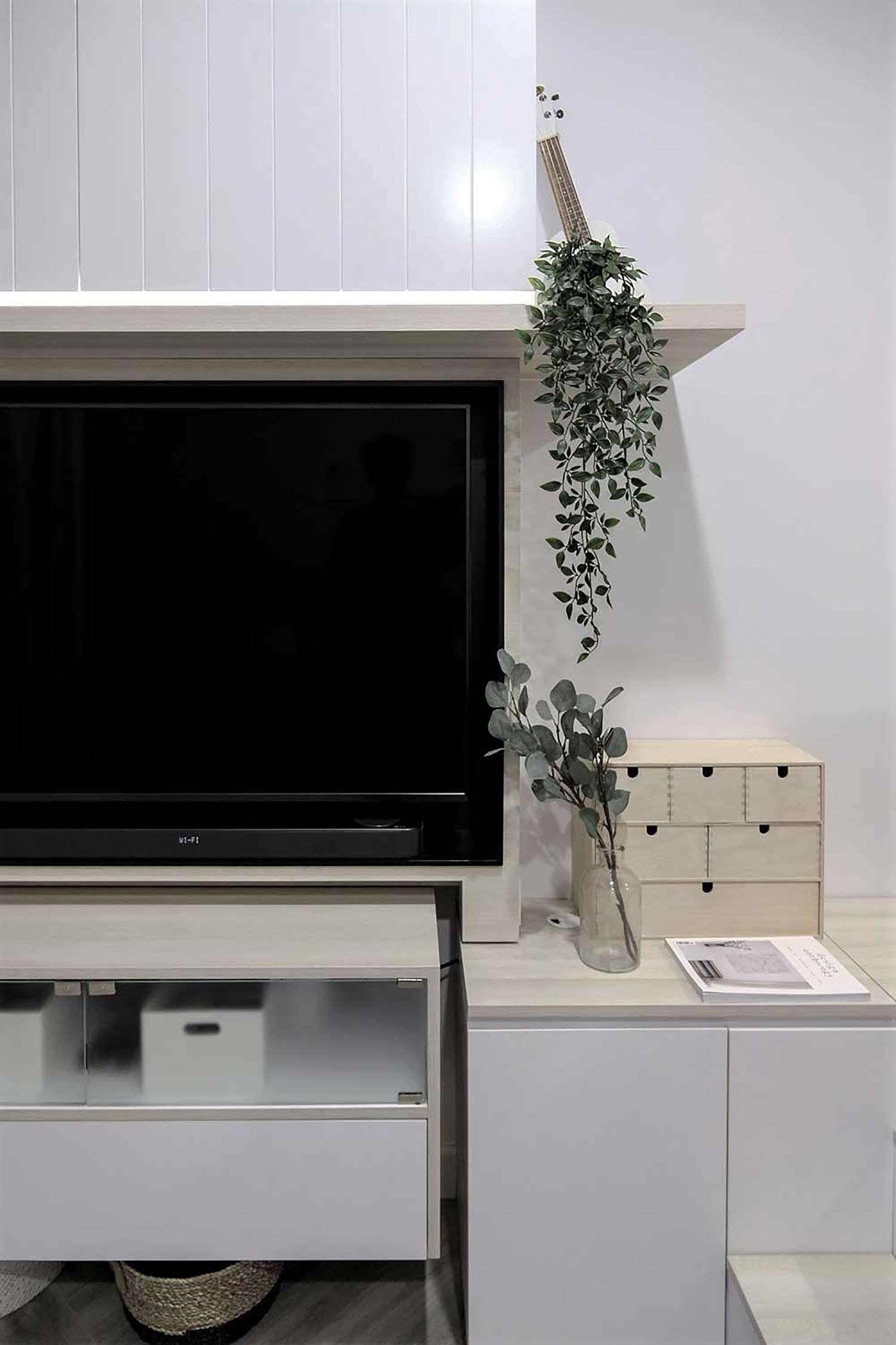 Quiet Apartment Co+in Collaborative Lab tv no table