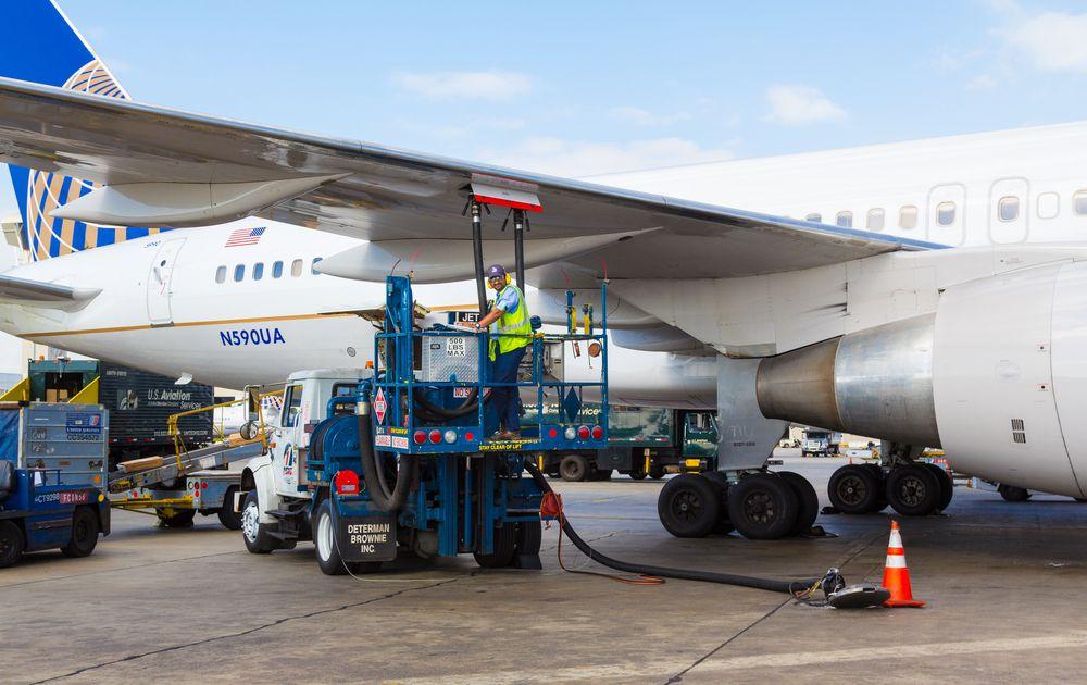 crews refuel a United Airlines jet plane