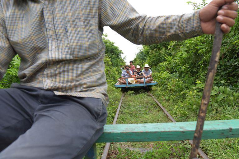 Súbete al famoso 'tren de bambú' de Camboya antes de que salte al atardecer