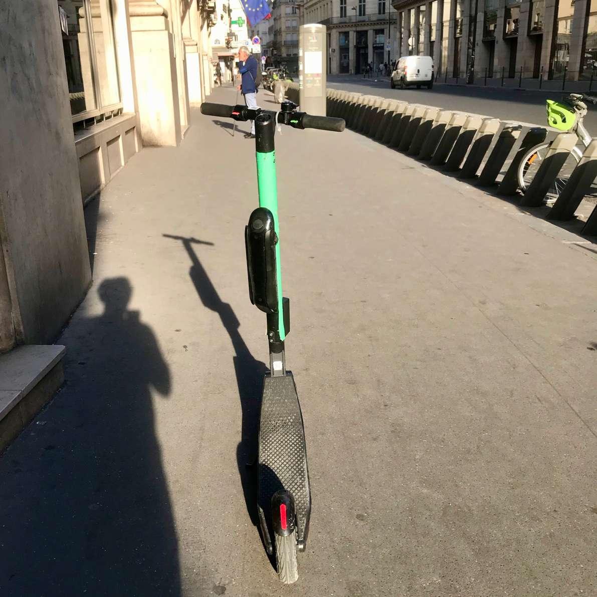 E-bike standing alone nest to empty Velib rack