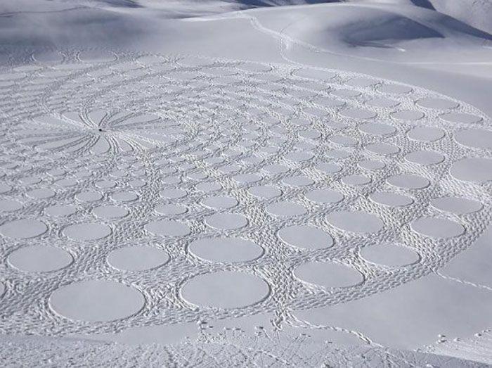 El hombre crea colosales obras de arte de nieve con sus pies (Fotos)