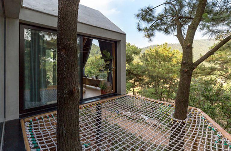 Second Forest House es una casa en el árbol elevada con un impacto más ligero