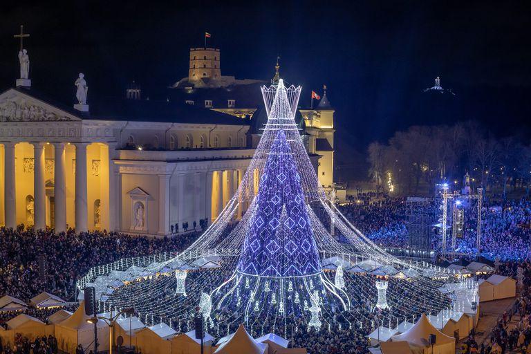Los visitantes acuden en masa para ver un árbol de Navidad lituano que se asemeja a una pieza de ajedrez