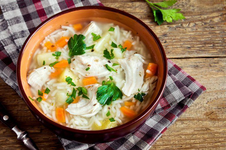 Cómo la sopa de pollo te hace sentir mejor, según la ciencia