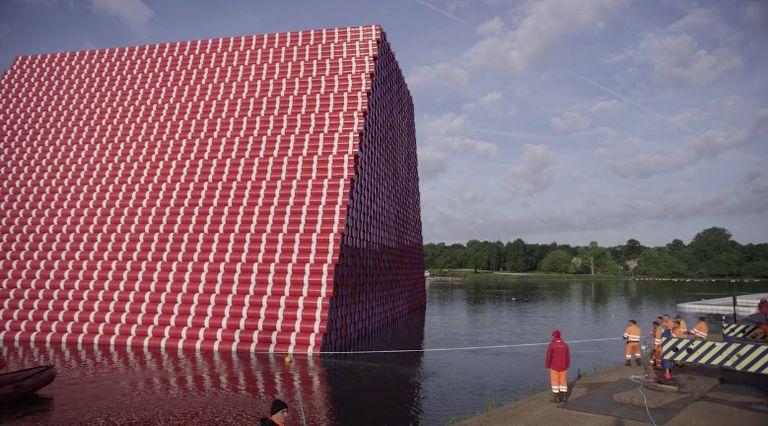 Hay una pirámide de color caramelo que pesa 600 toneladas flotando en el Hyde Park de Londres