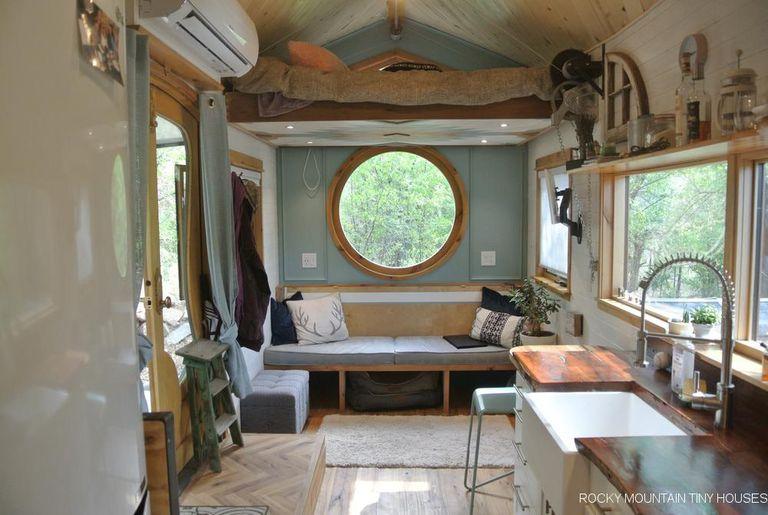 Cama con elevador y porche plegable Grace This Tiny House Builder's Home (Video)