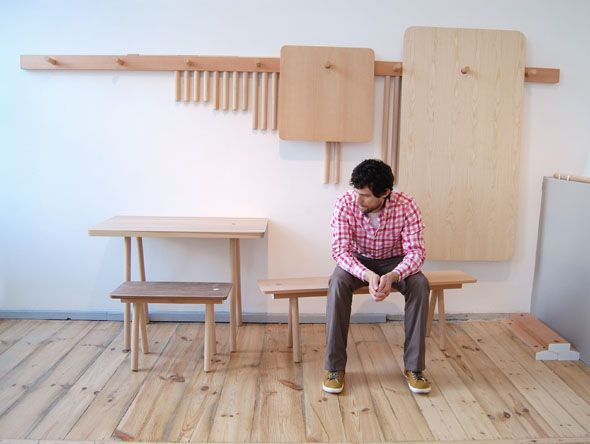 La colección de clavijas de madera cuelga todos sus muebles en la pared