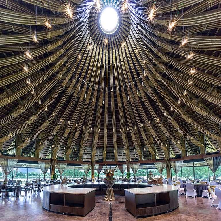 El bambú hace que el techo del restaurante Eco-Resort se eleve