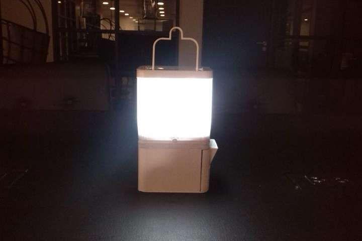 La lámpara funciona durante 8 horas con un vaso de agua y un poco de sal