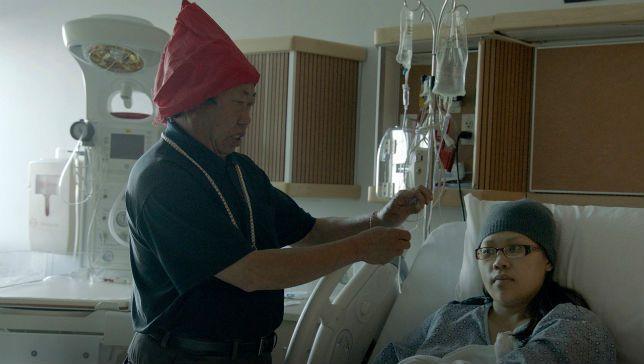 Chamán Hmong trabaja con médicos tradicionales para curar a pacientes en el Hospital de California