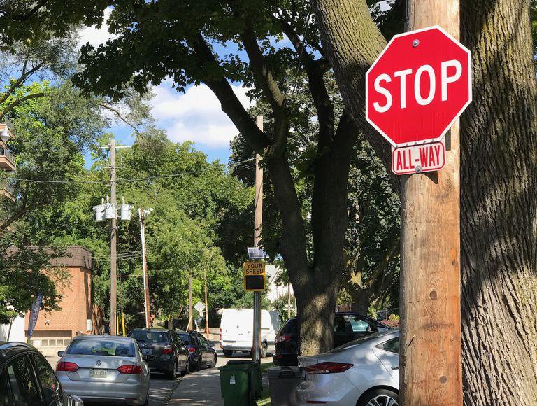 5 mitos sobre los peatones Jaywalking que causan congestión al caminar distraídos