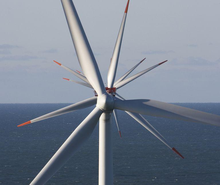 Gran Bretaña instala las turbinas eólicas más grandes del mundo en un nuevo parque eólico marino