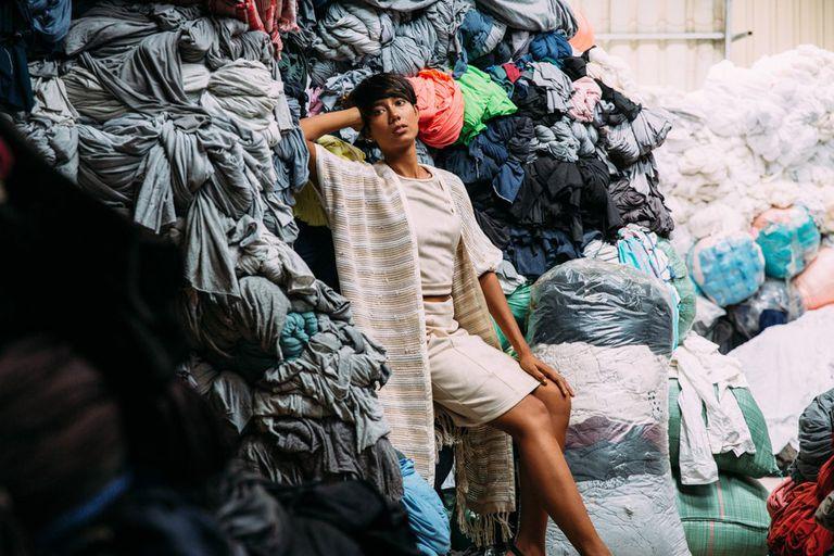 Esta empresa de moda está haciendo algo con respecto a los desechos textiles: usándolos