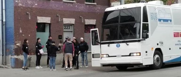 Personas sin hogar encuentran refugio en un autobús modernizado