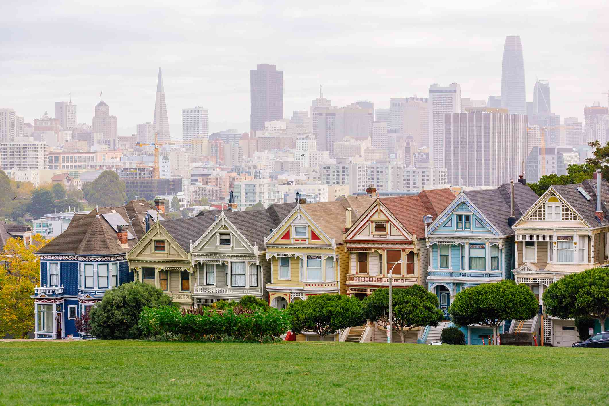Painted Ladies Victorian houses and San Francisco skyline
