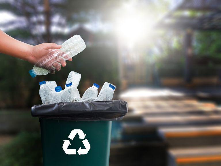 Por qué no debería separar la tapa de una botella de plástico para reciclarla