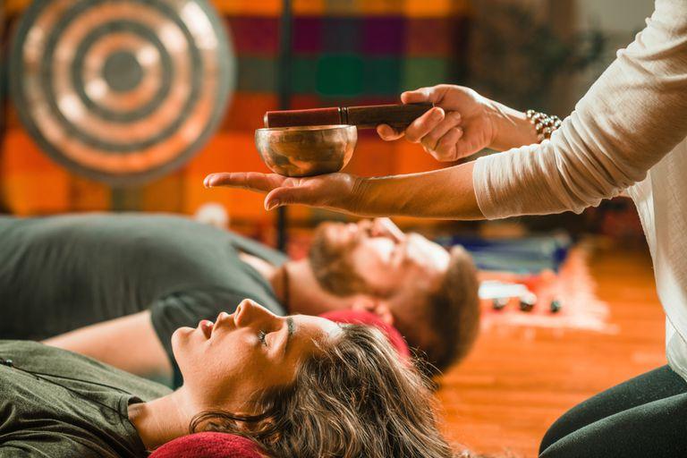 Cómo un baño de sonido puede facilitar la meditación