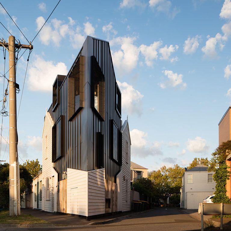 La casa aguda en forma de cuña reutiliza materiales de una cabaña demolida