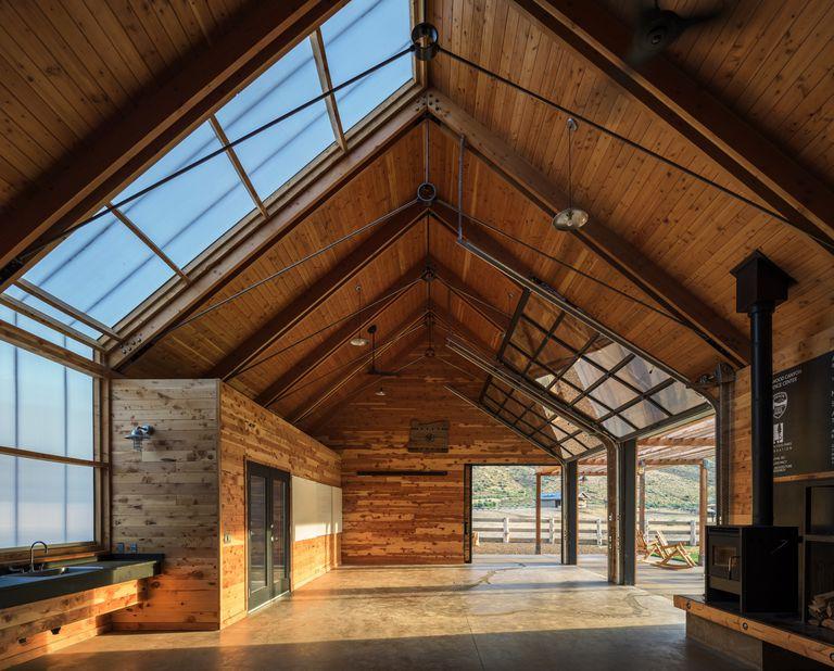 El centro de experiencias de Cottonwood Canyon está construido con madera que nadie quiere