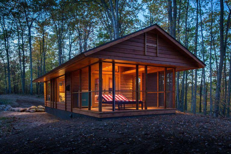 Cómo un arquitecto talentoso hace que una casa rodante parezca una cabaña encantadora en el bosque