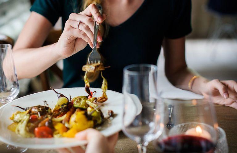 Cómo un recargo del 1% en las facturas de los restaurantes puede ayudar a combatir el cambio climático