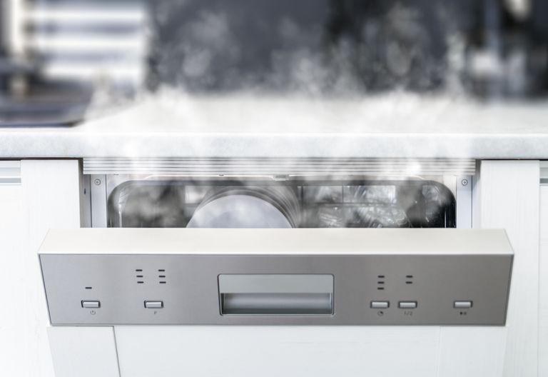 15 cosas raras que no deberías poner en el lavavajillas