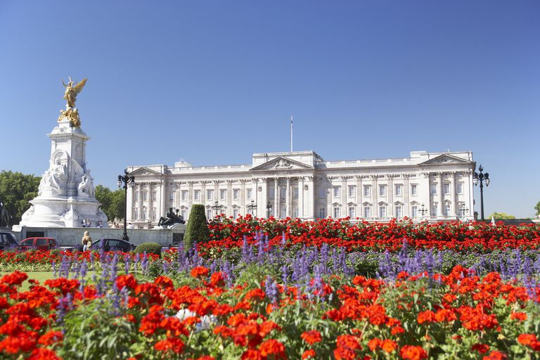 A flower garden in front of Buckingham Palace