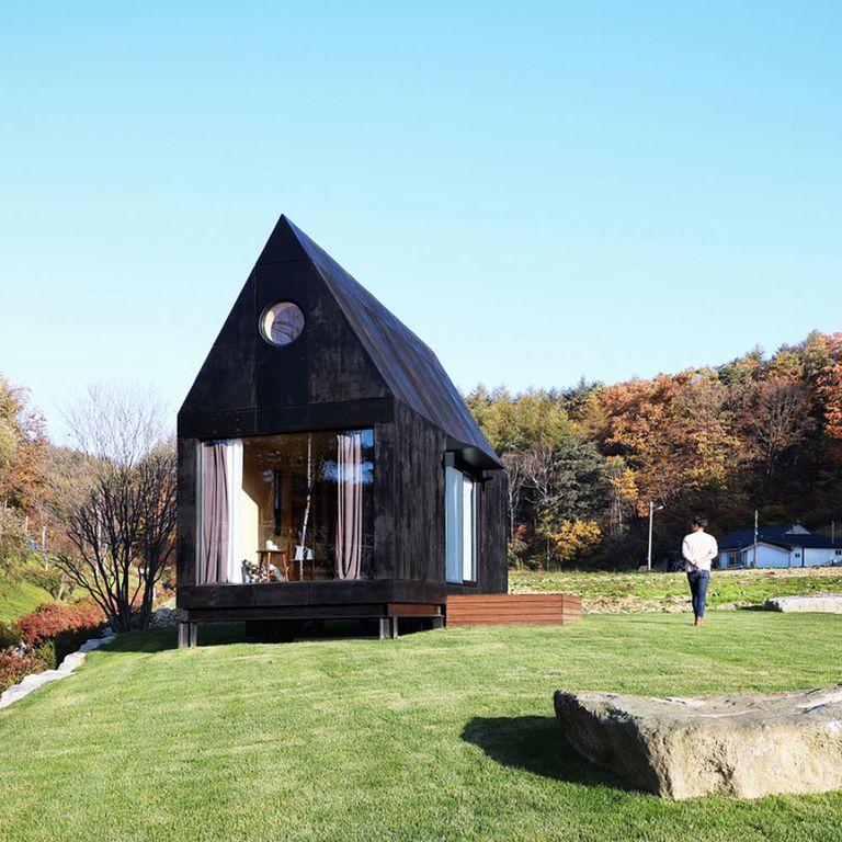 Prototipo de casa diminuta ultraminimalista construido para preservar una 'ciudad lenta'